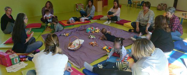 """Ce mardi matin, Christine Pétard animatrice """"Babils&signes""""est venue faire découvrir la communication gestuelle associée à la parole aux assistantes maternelles, parents et enfants présents aux RAM par le biais d'un […]"""